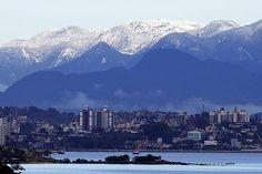 O Morro do Cambirela, em Palhoça, cidade vizinha à capital catarinense, amanheceu com o topo coberto pelo branco dos flocos. A montanha, que pode ser vista de Florianópolis, possui mil metros de altura e não tinha neve havia quase 29 anos.