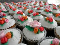 Fondant & flowers - wedding cupcakes -