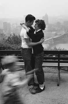 Pittsburgh 1933 Photo: Edouard Boubat Valentine's day love black and white depression era modernism American Vintage Photography, Couple Photography, Street Photography, Robert Doisneau, Man Ray, Black White Photos, Black And White Photography, Hugs, New York City