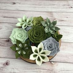 These felt succulents are good with one , with two, with a lot in a pot. di luce solare come fare Felt Flower Wreaths, Felt Wreath, Felt Flowers, Diy Flowers, Fabric Flowers, Paper Flowers, Felt Crafts Diy, Felt Diy, Felt Succulents