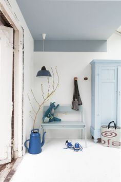 Styling: Frans Uyterlinde | Photographer: Jansje Klazinga vtwonen mei 2013 #vtwonen #magazine #interior #hallway #grey #blue #greyblue #white #ceiling #lambrisering #closet #bench #lamp #paint