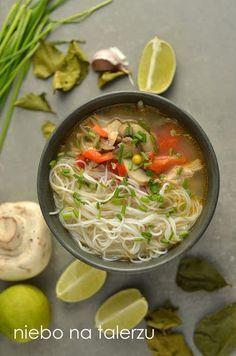 tajska zupa z kurczakiem i mleczkiem koksowym, wspaniały smak i aromat, rozgrzewająca, z dostępnych w sklepach składników. A Food, Good Food, Food And Drink, Yummy Food, Best Soup Recipes, Healthy Recipes, Asian Soup, Asian Recipes, Ethnic Recipes