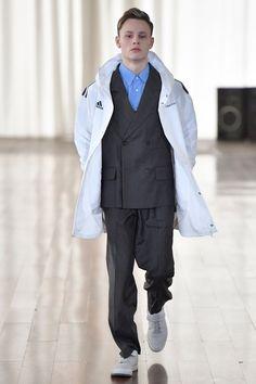 Casacões, camisas, paletós e jaquetas compõem os looks que aparecem ora em moletom ou, em outros momentos, misturando peças de alfaiataria e sportswear!