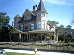 its victorian era architecture and charming historic district Old Victorian Homes, Victorian Era, Victorian Fashion, Victorian Houses, Victoria Reign, My Dream Home, Dream Homes, Fernandina Beach, Old Houses