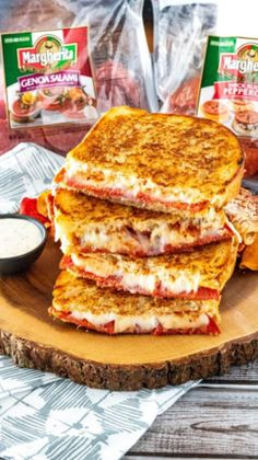Level up your weekend lunch or weeknight dinner by combining tasty pizza toppings with a crispy crusted grilled cheese. This Pizza Grilled Cheese will leave your taste buds asking for more! Making Grilled Cheese, Grilled Cheeses, Bon Appetit, Ma Pizza, Good Food, Yummy Food, Wrap Sandwiches, Steak Sandwiches, Pepperoni