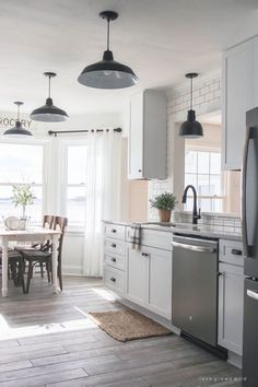 10 Resolute Cool Tips: White Kitchen Remodel On A Budget colonial kitchen remodel benjamin moore.Kitchen Remodel Traditional Subway Tiles white kitchen remodel on a budget. Kitchen Cabinets Decor, Farmhouse Kitchen Cabinets, Modern Farmhouse Kitchens, Kitchen Interior, Cool Kitchens, White Kitchens, White Farmhouse, Farmhouse Style, Farmhouse Sinks