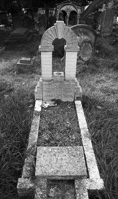 Long grave, churchyard, Hendon London NW4, 28th Sept 2014