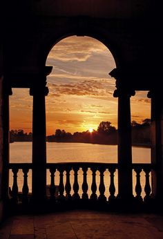 Stunning sunrise over Hever Castle lake, view from the Loggia #sunrise #kent