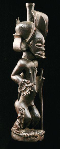 Statue de chasseur tshokwe, bois dur.  Angola. H. 49 cm. Record pour cette ethnie.