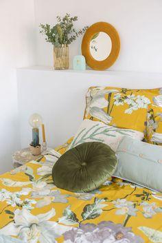 Oker geel in de slaapkamer met bloemen dessins | Stek Magazine Lifestyle