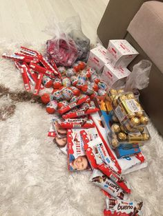 😍 😍 😍 candy s, chocolate bouquet, deadpool videos, boyfriend gifts, gift wrapping Food Bouquet, Sleepover Food, Junk Food Snacks, Snap Food, Candy S, Chocolate Bouquet, Friend Birthday Gifts, Food Goals, Aesthetic Food