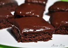 Brownies cu glazura de lapte de cocos si ciocolata | Retete culinare cu Laura Sava - Cele mai bune retete pentru intreaga familie Confectionery, Carpe Diem, Brownies, Desserts, Mai, Food, Cake Brownies, Tailgate Desserts, Deserts