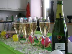 Puistolan bistro: Kootut vappuherkut White Wine, Wine Glass, Alcoholic Drinks, Tableware, Food, Dinnerware, Alcoholic Beverages, Tablewares, Eten