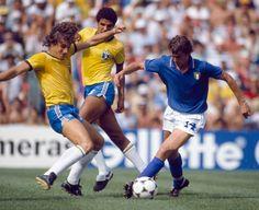 O zagueiro Oscar avança sobre o italiano Marco Tardelli na partida pela segunda fase do mundial