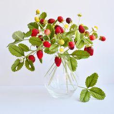 """56 Likes, 3 Comments - Inna (@_innushka) on Instagram: """"Букетик земляники из холодного фарфора. Все цветы, ягоды и листья слеплены вручную. #холодныйфарфор…"""""""