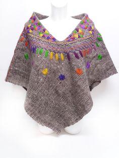 Chal de lana gris con bordado de soles y plumas