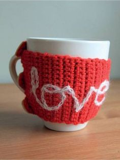 Valentines Mug Snug in Rowan Pure Wool Worsted. Discover more Patterns by Rowan at LoveKnitting. The world& largest range of knitting supplies - we stock patterns, yarn, needles and books from all of your favorite brands. Simply Crochet, Quick Crochet, Free Crochet, Valentines Mugs, Valentine Day Crafts, Be My Valentine, Knitting Patterns, Crochet Patterns, Sewing Stitches