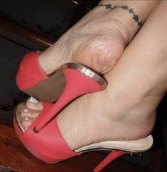 sexy women feet showing soles in sandals Beautiful High Heels, Gorgeous Feet, Sexy Sandals, Bare Foot Sandals, Feet Soles, Women's Feet, Sexy Legs And Heels, Sexy High Heels, Pantyhose Heels