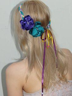 Trançado nas cores atual com 2 flores no cetim.  Conheça os acessórios femininos,  primavera verão 2013 e fique por dentro de todas as novidades do mundo da moda. R$ 33,00
