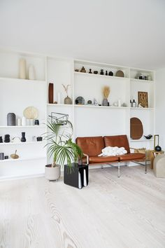 Store settekasser er trendy - se hvorfor her Decor Room, Wall Decor, Cozy Living, Living Room, Scandinavian Living, New Room, Interior Design Inspiration, Kitchen Interior, Interior Styling