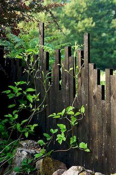 15 DIY Garden Fence Ideas With Pictures! Inspiration de palissade Escaliers Potier Unique Fence Idea…kinda looks like a city scape babe Diy Garden Fence, Backyard Fences, Garden Gates, Garden Ideas, Outdoor Landscaping, Landscaping Ideas, Black Garden Fence, Garden Mall, Backyard Privacy