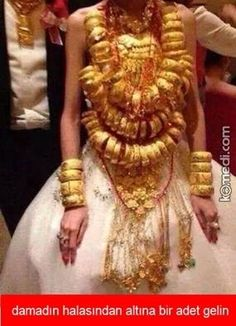 Chinese wedding,just show people how many gold she has. Funny Laugh, Funny Happy, Funny Shit, Funny Cartoons, Funny Comics, Funny Images, Funny Photos, Turkish Wedding, Best Memes Ever