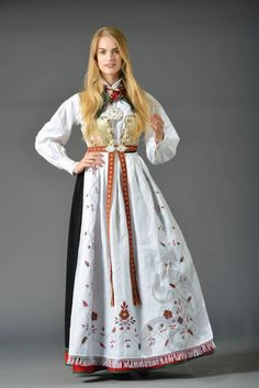 Bilderesultat for oslo bunad Norwegian Clothing, Ethnic Fashion, Womens Fashion, India Culture, Medieval Dress, Bridal Crown, Folk Costume, Character Design Inspiration, Traditional Dresses