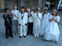 Trajes y accesorios de ni�os para la primera comuni�n: Ni�os con trajes de almirante, tracicionales y de marinero, junto a ni�as de Primera Comuni�n.