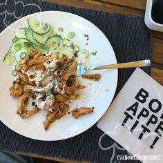 Low Carb Rezept selbstgemachtes Hähnchen-Gyros an Gurkensalat. Wenig Kohlenhydrate und einfach zum Nachkochen. Super für Diät/zum Abnehmen.