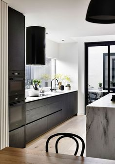 Elwood Townhouse by InForm. The architects had played with the alternation of light and dark voids and solids not only at the facade but also in the interior. Black Kitchens, Home Kitchens, Interior Styling, Interior Design, Interior Architecture, Green House Design, Latest House Designs, Minimalist Home Decor, Minimalist House