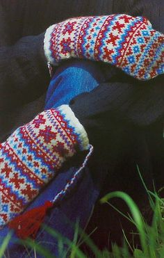 Sami knitted mittens no source or pattern listed Fingerless Mittens, Knit Mittens, Mitten Gloves, Fair Isle Knitting, Hand Knitting, Knitting Patterns, Norwegian Knitting, Mittens Pattern, Knitting Accessories