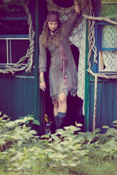 If you do in fact also extended becoming a hippies spirit, ensure you know most of the regulations and design information on how to put on the boho-chic fashion trend! Hippie Boho, Moda Hippie, Moda Boho, Boho Gypsy, Modern Hippie Style, Gypsy Style, Bohemian Style, Modern Gypsy, Bohemian Hair