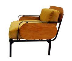 """Le studio Stromboli Associates fondé par Clémence Seilles, nous présente le canapé """"Buena Onda"""", conçu en mousse dure recyclée, arborant une façade multicolore, des courbes ondulées et un look très cartoon."""
