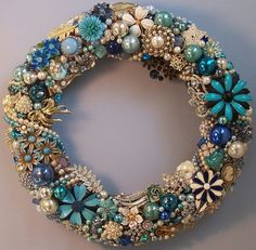 Vintage Jewelry Repurposed Elegant Christmas Wreath covered in Costume Jewelry, Pins, or Broaches! Love the Shades Of Blue and Pearls! Costume Jewelry Crafts, Vintage Jewelry Crafts, Vintage Costume Jewelry, Vintage Costumes, Handmade Jewelry, Artisan Jewelry, Recycled Jewelry, Handmade Silver, Jewelry Christmas Tree