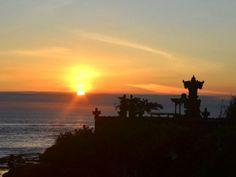 Abendsurfer werden mit einem Sonnenuntergang bei Batu Balong auf Bali belohnt.