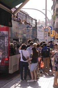 Barcelona: Wartenschlange an einem Sightseeing Bus in Barcelona, Foto: Robert B. Fishman, 4.10.2014