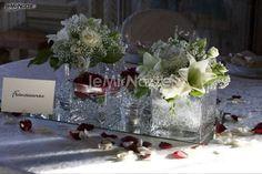 http://www.lemienozze.it/operatori-matrimonio/wedding_planner/organizzazione-matrimoni-venezia/media/foto/3  Centrotavola floreale per il matrimonio