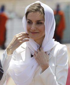 En visite au Maroc, la reine espagnole enfile le hijab