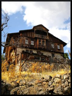In the province of Bolu, East of Seben, Alpagut village presents a beautiful set of built-up houses on brick, stone and wood assemblages.