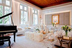 Total White com teto de madeira e piano preto, muito luxo! Projeto de Evandro Gaspar