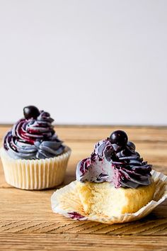 Lemon Cupcakes with Blueberry Buttercream Pairs with Champagne and sparking wine. Cupcake Recipes, Baking Recipes, Cupcake Cakes, Dessert Recipes, Just Desserts, Delicious Desserts, Yummy Food, Tasty, Food Cakes