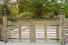 Torpargrind till gärdsgård Driveway Gate, Fence Gate, Wooden Gates, Photo Craft, Cabins In The Woods, Garden Bridge, Garden Inspiration, Front Porch, Shed