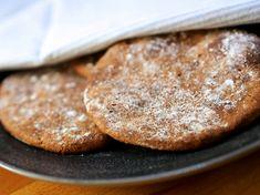 Ruisrieska on kaikkien pikaleipien kuningas. Riittää kun käytössä on hapatettua maitoa (kermaviiliä, rahkaa, pii… Tgif, Pancakes, Bread, Snacks, Breakfast, Ethnic Recipes, Food, Waiting, Kochen