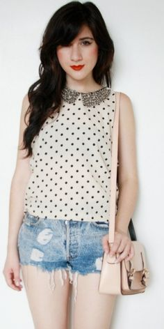 short jeans + blusa de poá com gola peter pan