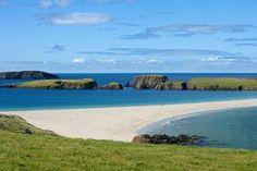 Vue de l'île de Saint-Ninian reliée au Mainland des Shetland à Bigton par un tombolo de sable