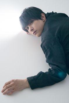 吉沢亮さん一問一答 「内に秘めているものは結構豊か」:朝日新聞デジタル Ryo Yoshizawa, Men Lie, Japanese Men, Male Poses, Asian Boys, Asian Beauty, Actors & Actresses, Black Hair, Drama