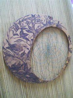 Pirografia sobre placa de fibra e filtro com fio encerado.