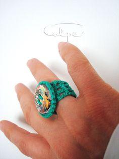 Anillo de crochet con botón pintado a mano. http://calpearts.blogspot.com.es/p/botones.html
