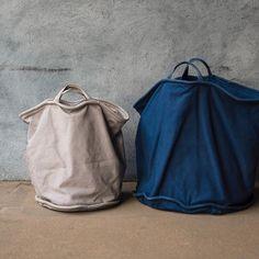 私がディレクションを担当している「3SUN」から発売しているバッグ、BAILER(ベイラー)というシリーズです。自分でも50Lのネイビーと25リットルのグレーを愛用中ですが、ランドリーバッグとして自宅で使ったり、これに財布だけ入れてショッピングバッグにしたり、BBQの時なんかは道具一式をドサッと入れて車へ。汚れに強いし、そもそも使い込んだ風合いがいい感じ。自立するから、どこにでも置けちゃうの...