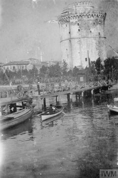 British troops by the White Tower in Salonika. Macedonia Greece, Greek Language, Thessaloniki, Historical Pictures, Wwi, Paris Skyline, Travel Destinations, Beautiful Places, Places To Visit